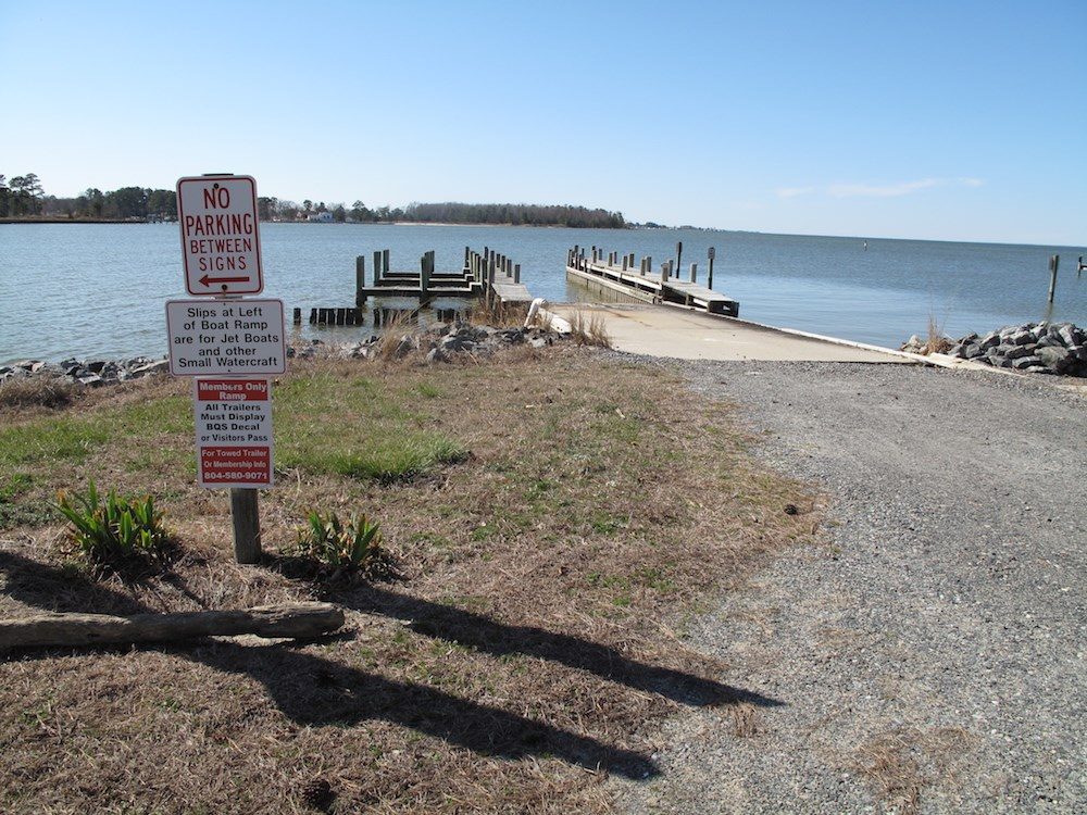 Amenities include boat ramp