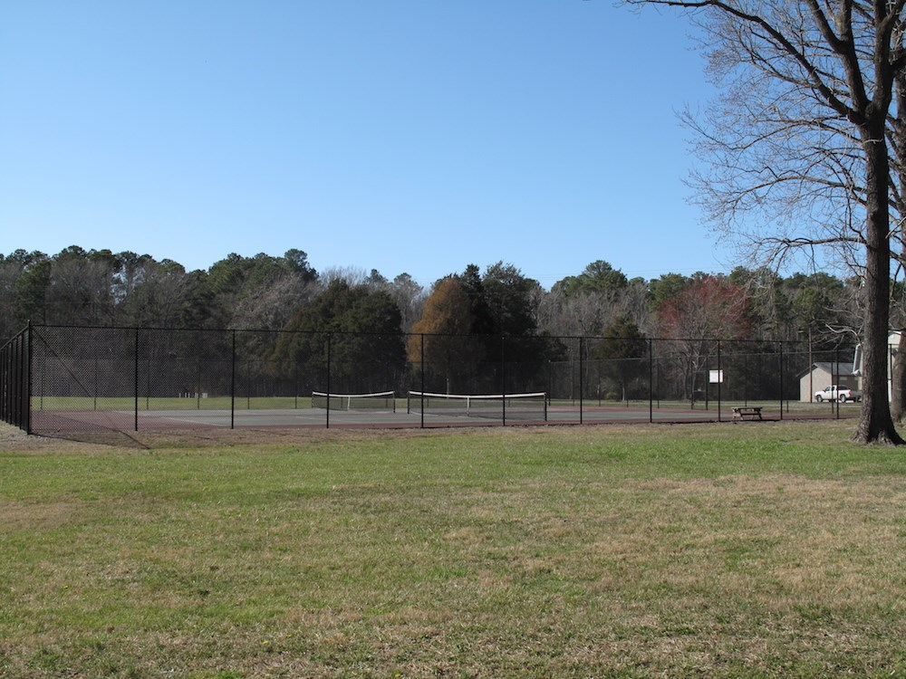 Amenities include 2 tennis courts